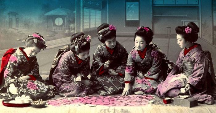 Японские девушки играют в ута-каруту